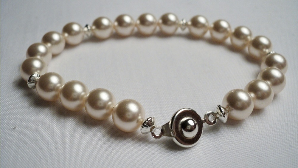 Swarovski Glass Pearl Bracelet with Silver Plated Disc Accent and an Easy Snap Clasp.jpg