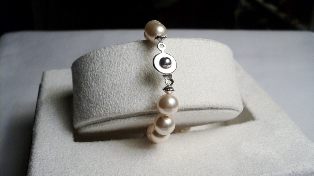 Swarovski Glass Pearl Bracelet with Silver Plated Disc Accent and an Easy Snap Clasp4.jpg