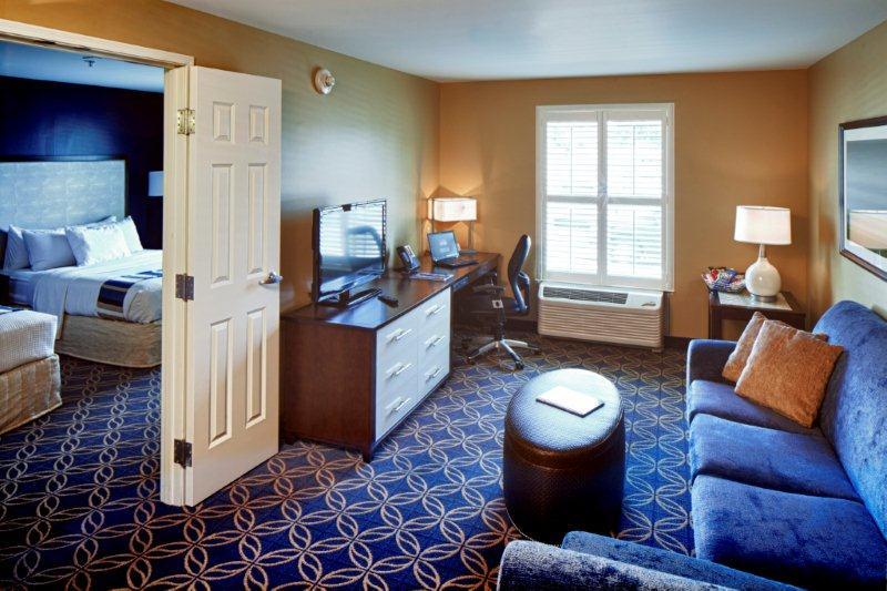 hotel - queen parlor suite-120615_0407-b.jpg