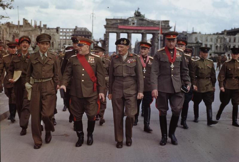 2.1 Allies_at_the_Brandenburg_Gate,_1945.jpg