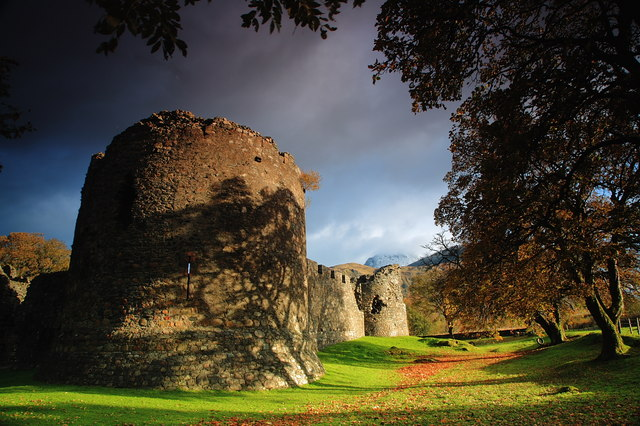 The Old Inverlochy Castle, with Ben Nevis in the background. Source: DJ Macpherson, from geograph.org.uk. 2008.