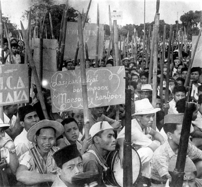 Revolutionaries who wanted Indonesian independence. 1946. Source: Tropenmuseum, part of the National Museum of World Cultures. Available  here .