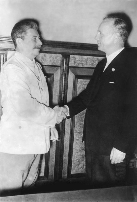 Soviet leader Joseph Stalin and German foreign minister Joachim von Ribbentrop shake hands after agreement on the Molotov-Ribbentrop Pact. Source: Attribution: Bundesarchiv, Bild 183-H27337 / CC-BY-SA 3.0, available  here .