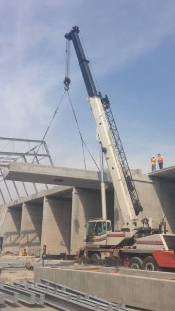 90 ton link belt lifting precast cement beams