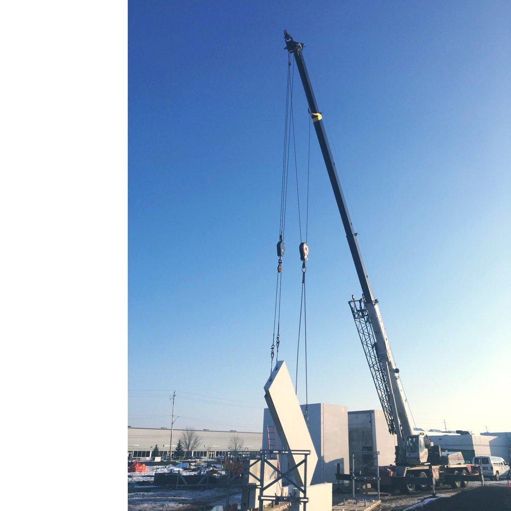 90 ton link belt crane hoisting concrete slabs