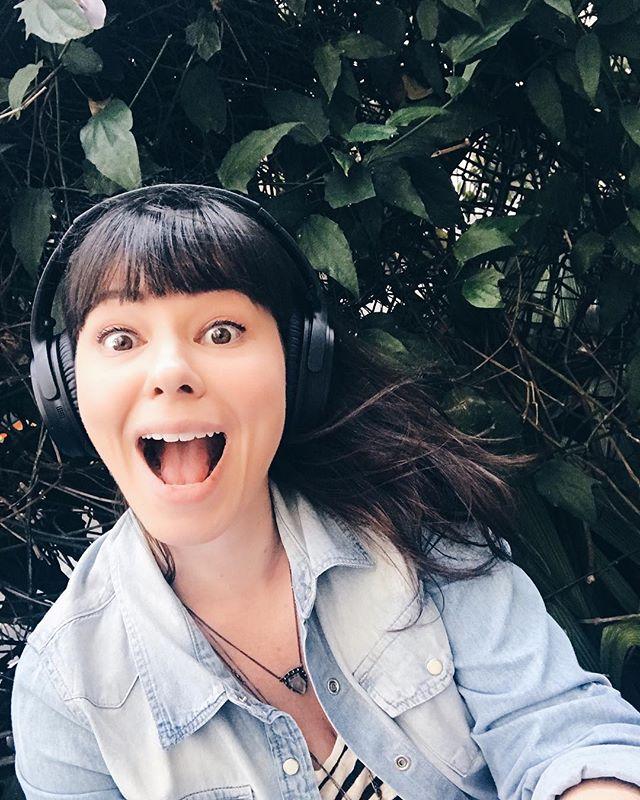 sempre gostei muito de ouvir rádio. desde criança sempre deixei o rádio ligado em casa depois que voltava da escola, gravava fitas e tudo. (olar 7 melhores da @radiojovempan ! 🤗 )⠀ hoje em dia, além de música, que vira e mexe compartilho com você via stories o que toca por aqui, ouço muito podcast 🎙. por isso resolvi que vou compartilhar com você os que eu achar que tem um conteúdo valioso de alguma maneira, interessante ou são puro entretenimento mesmo.⠀ falo sempre, mas vale frisar que #consultoriadeimagem #nãoésósobreroupa 😉⠀ e se você ouve algum podcast que curte bastante, compartilha comigo? vou adorar ! 📻😉