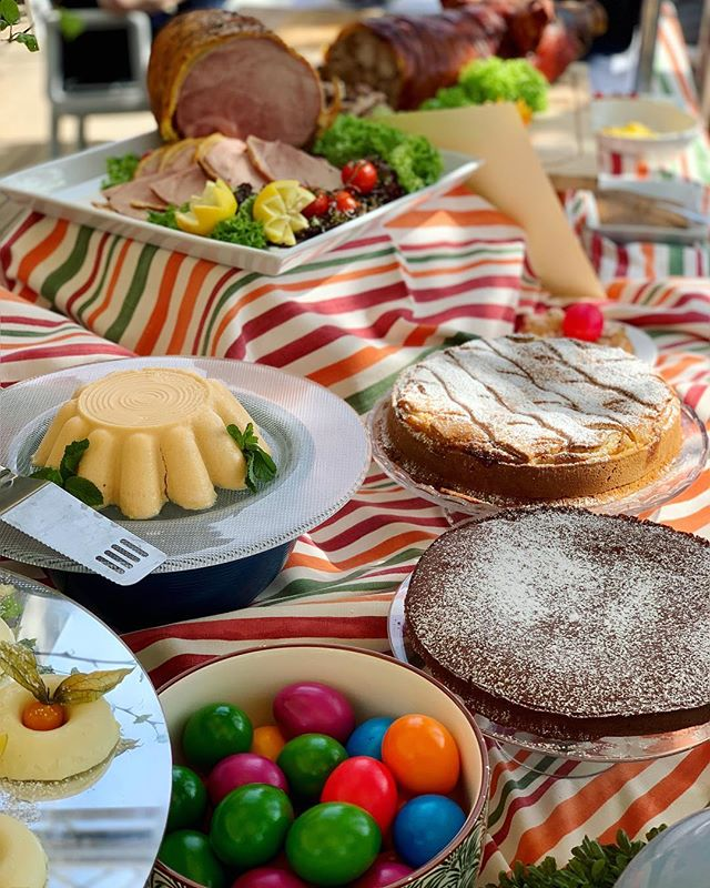 Welcome to our colourful Easter Monday Brunch on our terrace 🌈 ——————— #EasterWeekend #Brunch #Ostermontag #Pasquetta #tradition #food