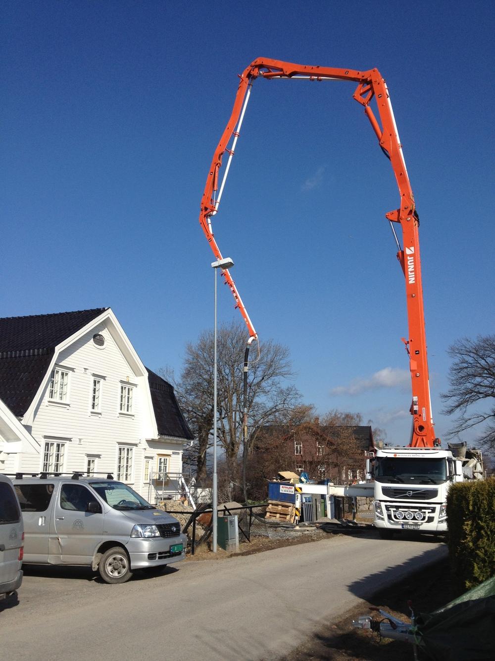 Betongbil er klar til å støpe kjellergulvet
