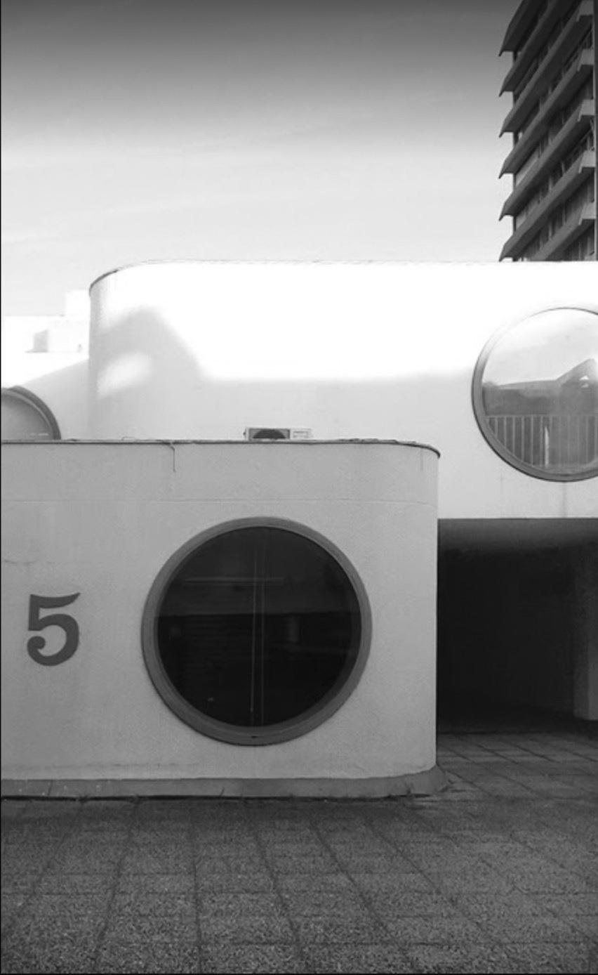 L'agence se trouve derrière ce hublot, sur la dalle de Mériadeck à Bordeaux, quartier symbole d'un urbanisme controversé.