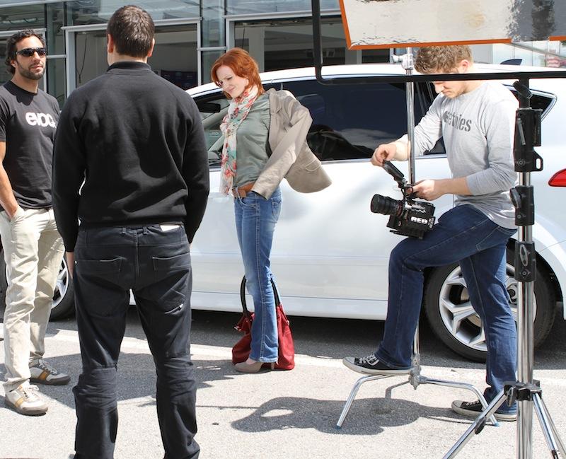 Schauspielerin Katherine Brand trotzt der Sonne und stellt im Film eine Mutter mit Kind dar
