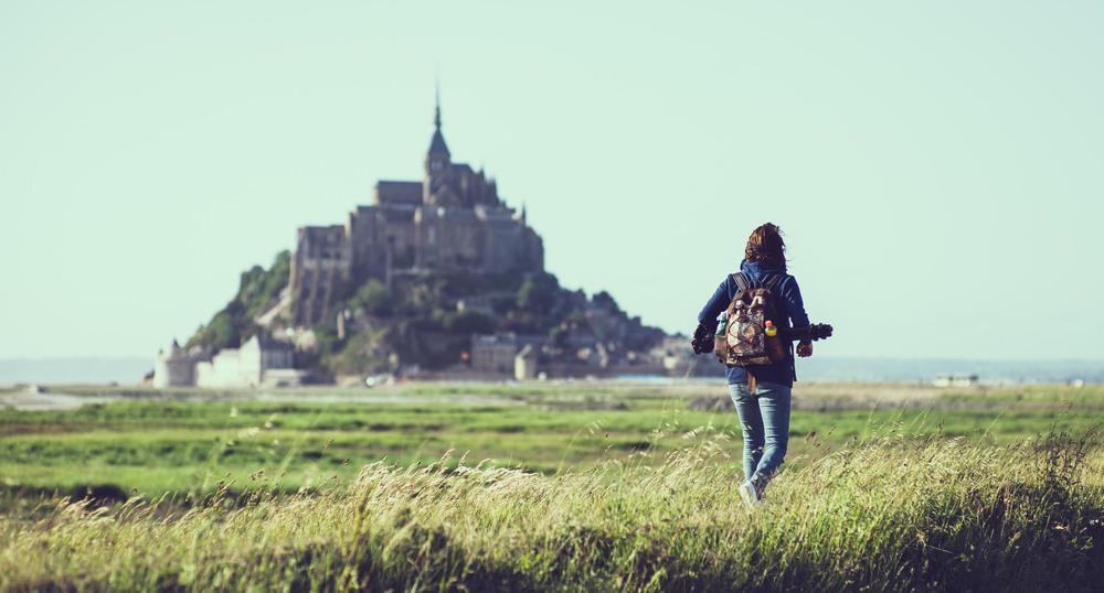 Robi auf dem Weg zum nächsten Motiv: dem malerischen Dorf Le Mont-Saint-Michel.