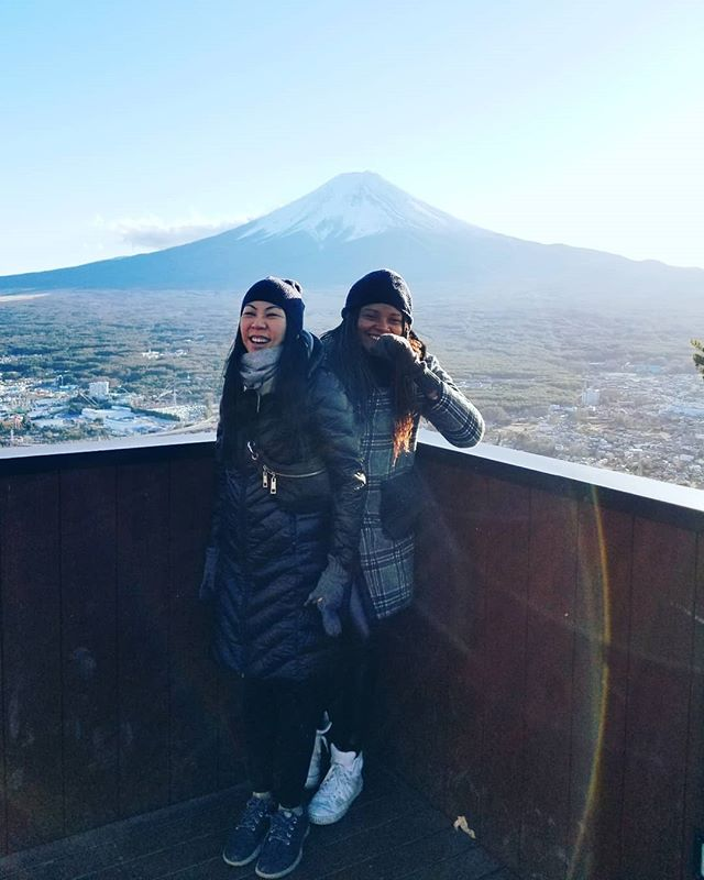 Keeping warm in fuji while we wait for dinner 🍽 #fujisan #tuquetwins #thankgoodnessformuji