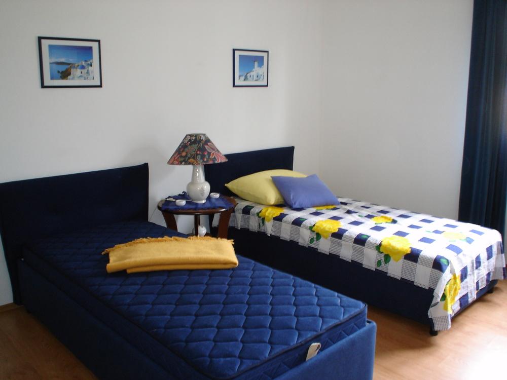 Romslig soverom med 2 separate senger. Direkte inngang til eget bad fra rommet. Mulighet for barneseng og ekstraseng.