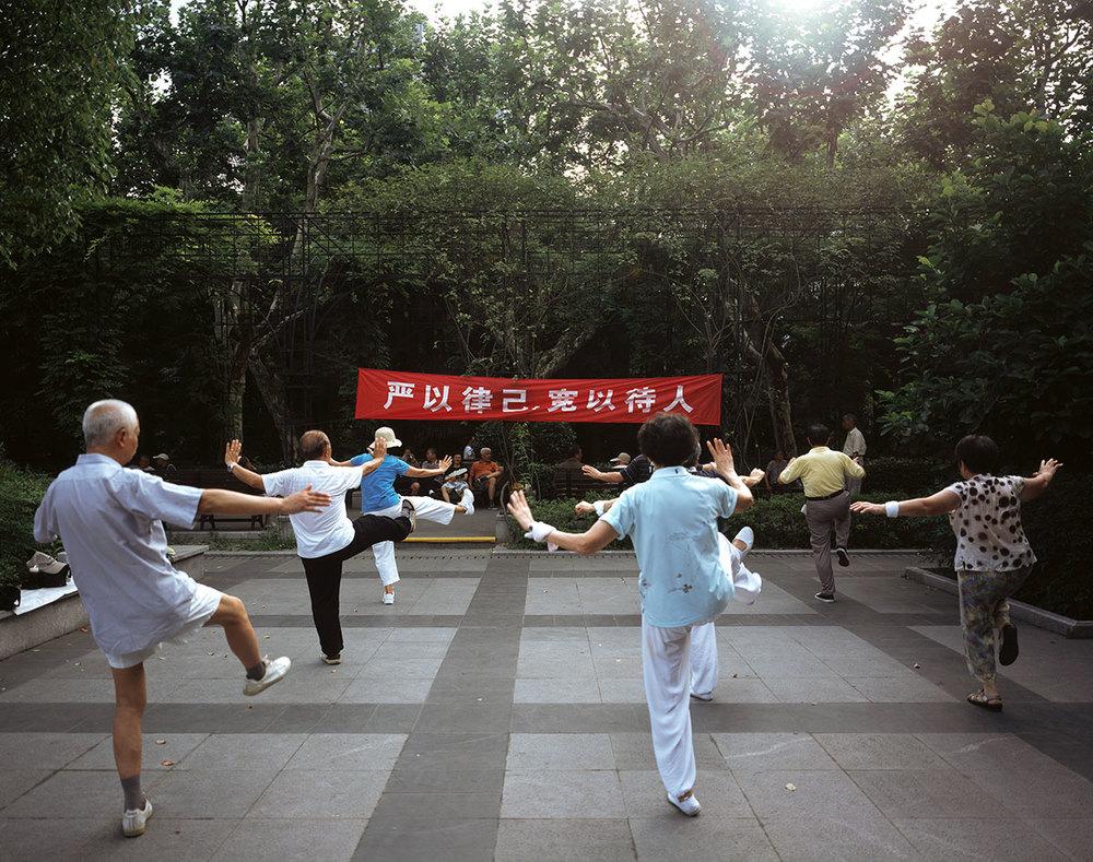 严以律己,宽以待人 Be strict with yourself and indulgent with others.  Fan Chunren