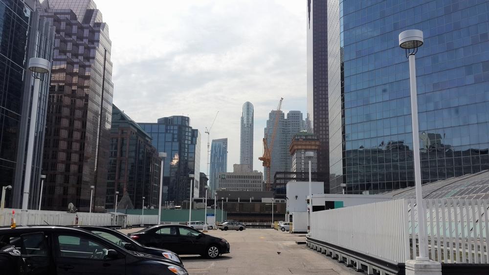 Estacionamiento en el Techo del Eaton Centre con vista a la Torre 1 King West (Centro Comercial en Toronto)