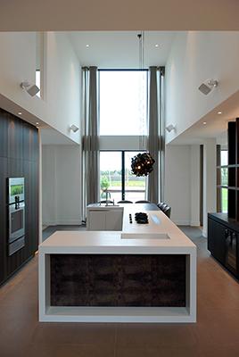 nomaa modern landelijk landelijke luxe villa eigentijdse woning architect zelfbouw kavel strak erker stuc riet rieten dak hoogkarspel streekweg architectuur wit interieur keuken culimaat_2.jpg