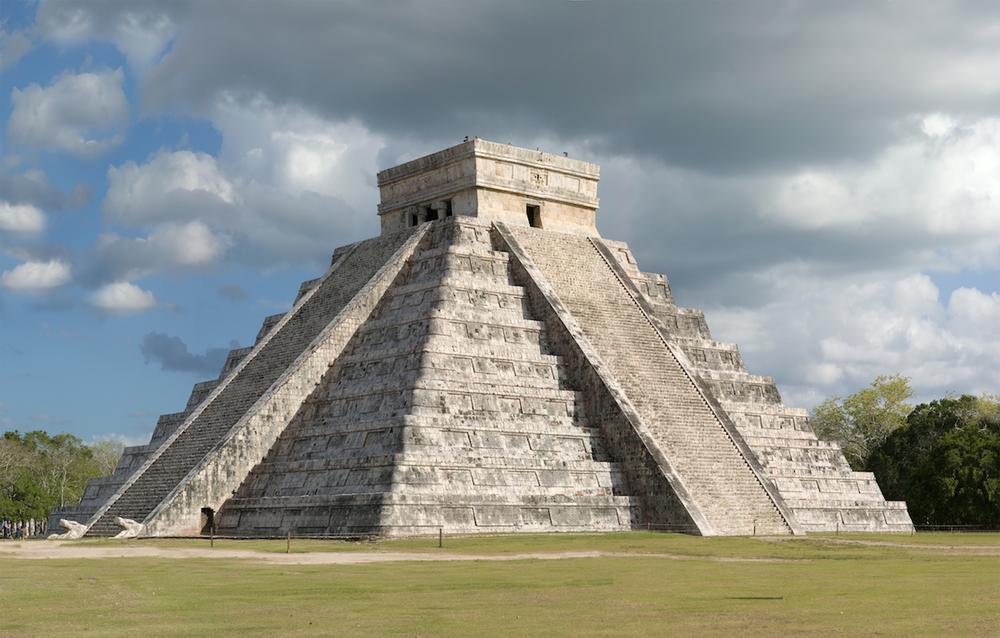 奇琴伊薩 (Chichen Itza) 的羽蛇神金字塔是馬雅古蹟的驕傲。(Image Source: Wikipedia)