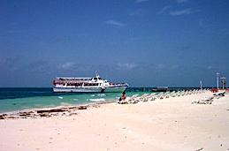 渡輪, 沙灘椅, 靜靜躺在加勒比海的懷抱中. (Image: 筱晴)
