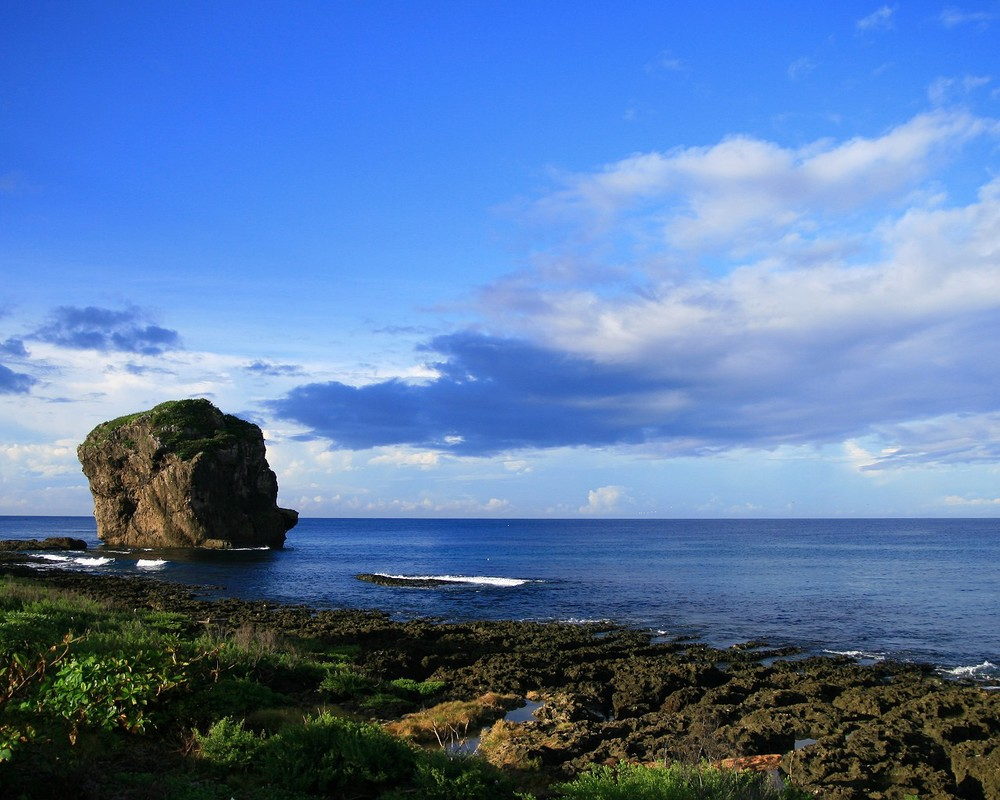 船帆石高約18公尺,矗立於海中,遠望似艘即將啟碇的帆船,因而得名。(圖片來源:http://www.gogotaiwan.xcom.tw/)