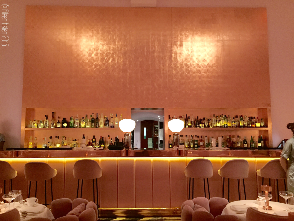 The bronze bar at The Gallery. 粉紅色的牆襯托著銅色的酒吧。© Eileen Hsieh