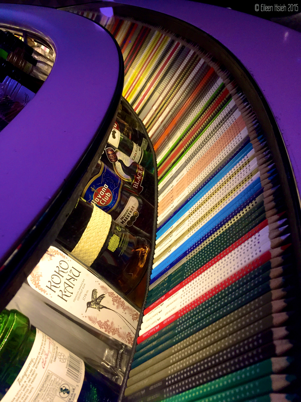 Colorful pencils take the center stage at the East Bar. 彩色鉛筆也成了酒吧裡的藝術品。© Eileen Hsieh