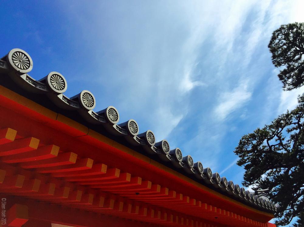 御所建築屋簷上代表皇室的十六枚菊花紋章。© Eileen Hsieh