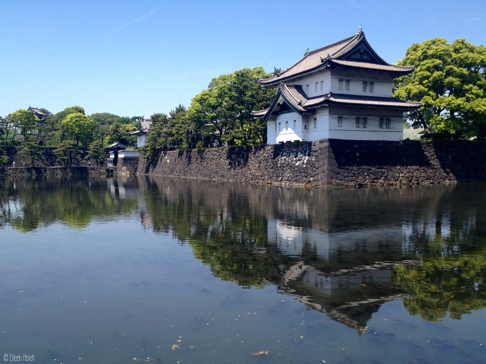 東京皇居的護城河和角樓倒影。Reflection of the Imperial Palace's guard tower by the East Gate. © Eileen Hsieh