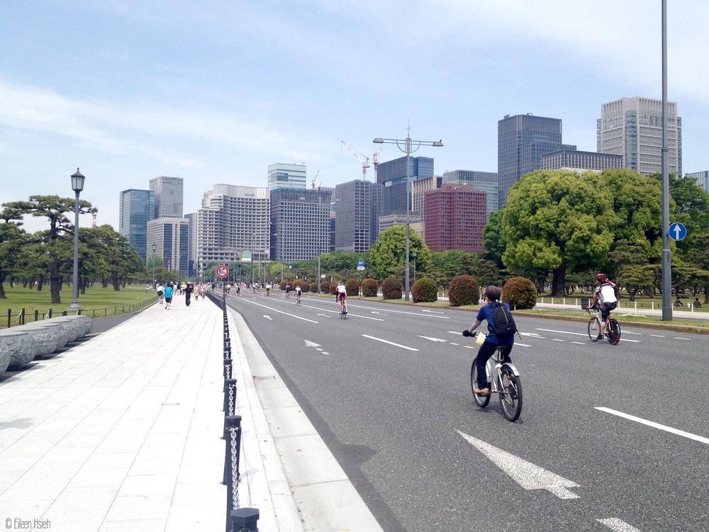 環繞著東京御苑的寬敞馬路。The ring road surrounding the Imperial Palace in Tokyo.© Eileen Hsieh