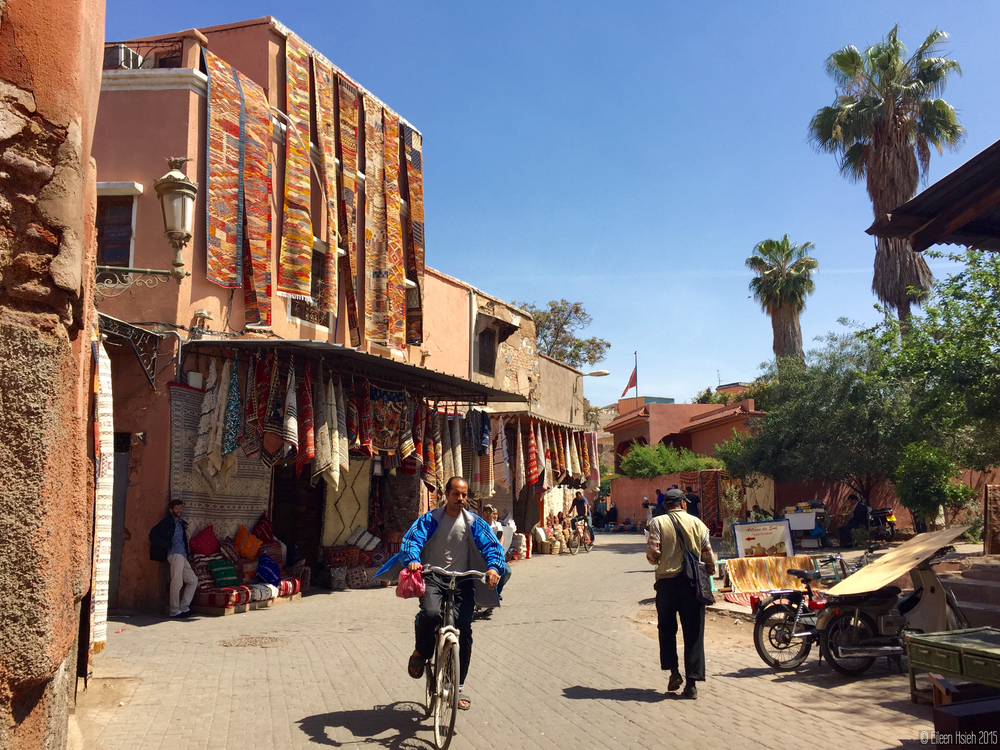 "Marrakech is often referred to as the ""Rose City"" or the ""Red City"" for its salmon pink buildings and the nearly thousand-year-old ramparts.  馬拉喀什老區處處可見鮭魚色的建築與近千年歷史的城牆,為它贏得了「玫瑰城」或是「紅城」的美名。"