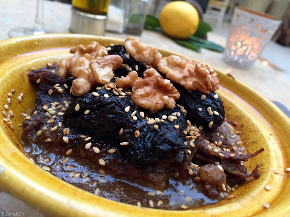 Tagine (or tajine) is a favorite dish in Morocco. Here's a beef tagine with prunes, walnuts, pine nuts, served alongside a bowl of couscous. 摩洛哥最有名的美食 -- 塔津蓋燉肉。圖是牛肉塔津加黑棗,核桃和松子,配上一碗 古斯米 。