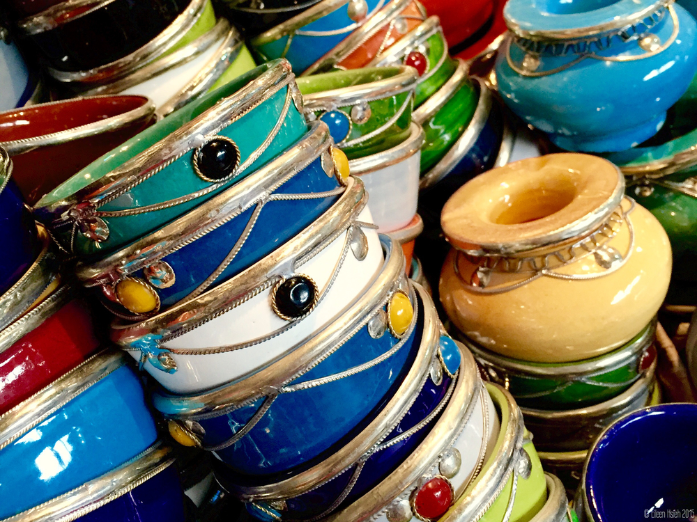 Ornate pottery is sold everywhere in Marrakech and makes a popular and affordable souvenir, starting at just 10 dirham (about 1 euro) per piece. 馬拉喀什的市場裡到處可見這些漂亮花俏的盤碗,每樣只要10DH (約ㄧ歐元)起。