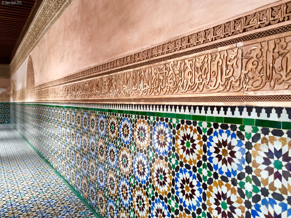 The intricate mosaic wall in one corner of Ben Youssef Madrasa.Ben Youssef 神學院 是  阿拉伯  建築設計  經典, 處處都是令人嘆為觀止的拼磚和雕刻。