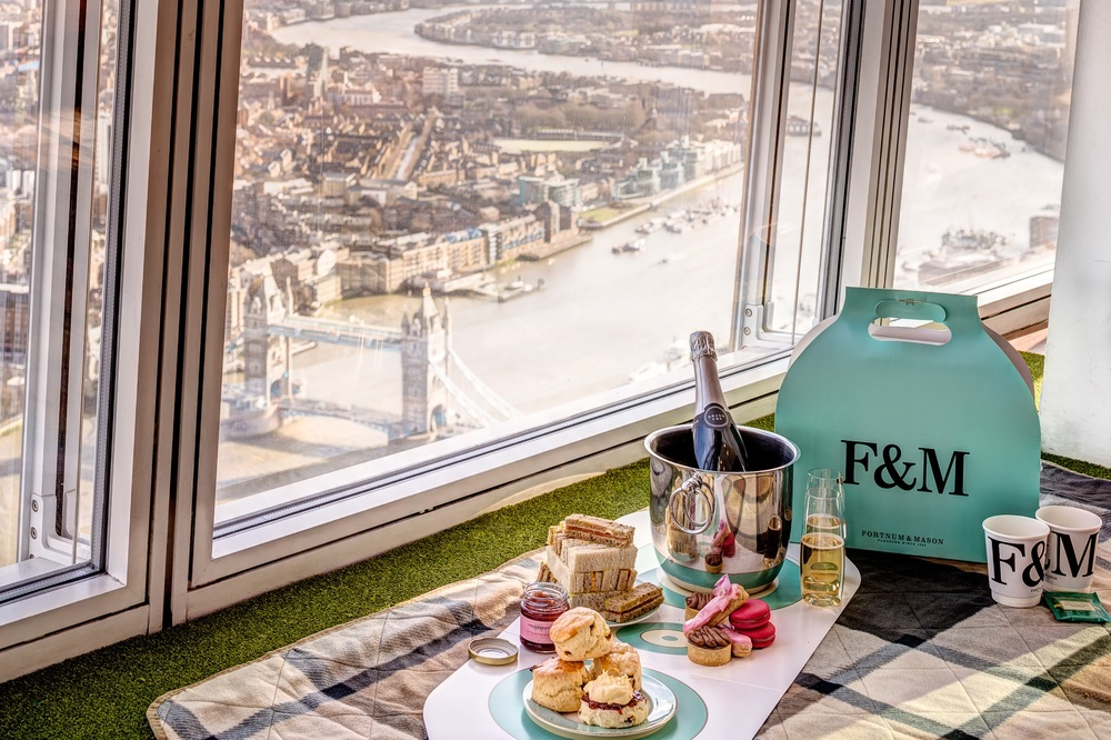 """""""The View from The Shard"""" and Fortnum & Mason have launchedexclusiveSky-High Tea packages for summer 2015. 摘星塔與F&M合作,今夏特別推出限量版的Sky-High Tea 下午茶經驗。©Fortnum & Mason"""