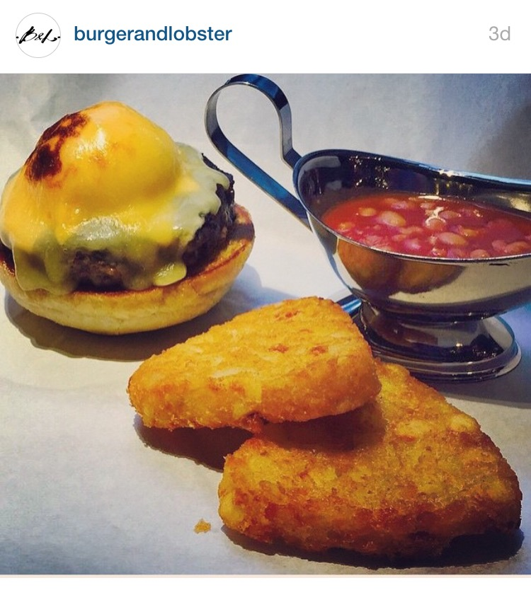 6oz breakfast burger with poached egg, hash browns and   beans.   6盎司早餐漢堡加  水煮嫩  蛋,馬鈴薯餅與  茄汁豆。  © Burger & Lobster on Instagram