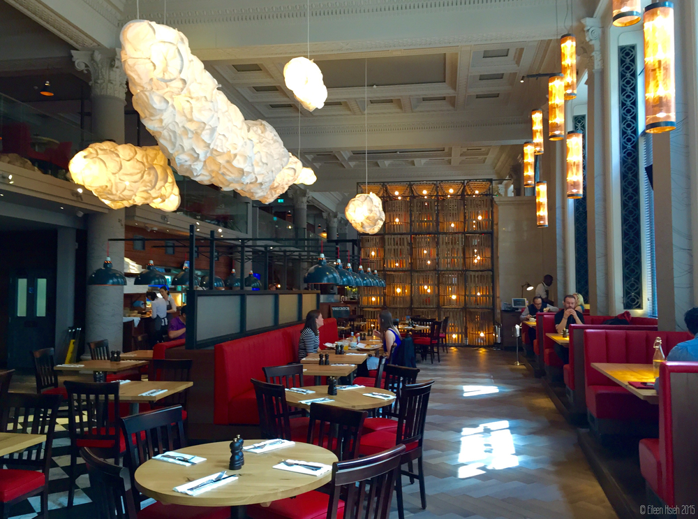 Stunning interior at Burger & Lobster's newest location on Threadneedle Street in the City of London. 最新的 「漢堡 & 龍蝦」位於  倫敦金融區的Threadneedle Street,裝璜讓人眼睛一亮。  © Eileen Hsieh 2015