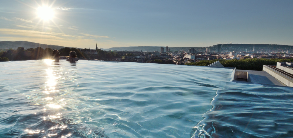 Zurich's only rooftop thermal pool is the perfect place to be at sunset. / © B2 Boutique Hotel & Spa
