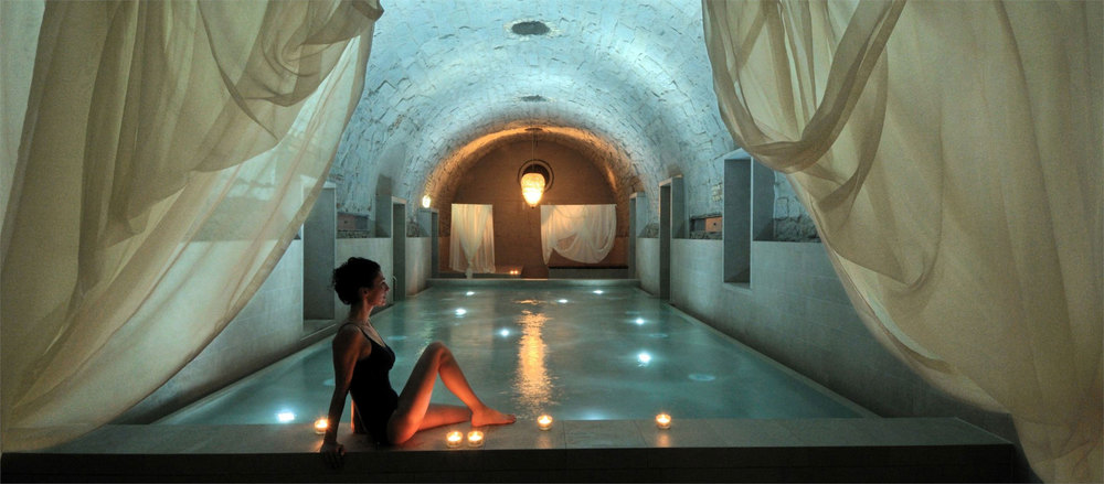 Roman-Irish bath fed by the Aqui spring underneath Zurich. / © B2 Boutique Hotel & Spa