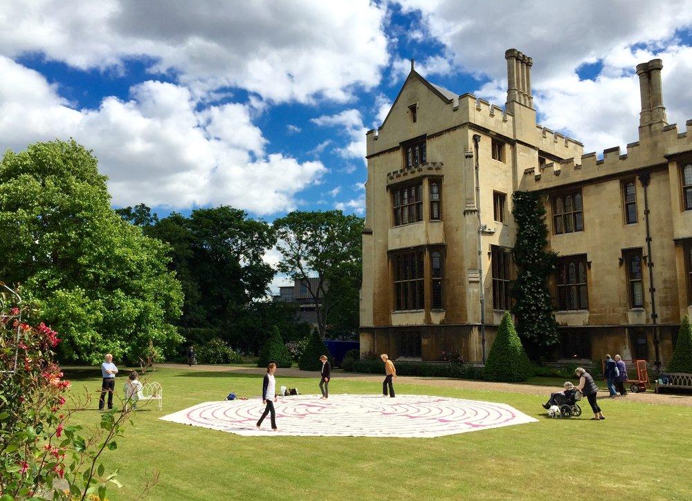 Visitors soaking up the sunshine in the garden of Lambeth Palace.訪客在蘭柏宮花園漫步,享受陽光的洗禮。© Eileen Hsieh 2015