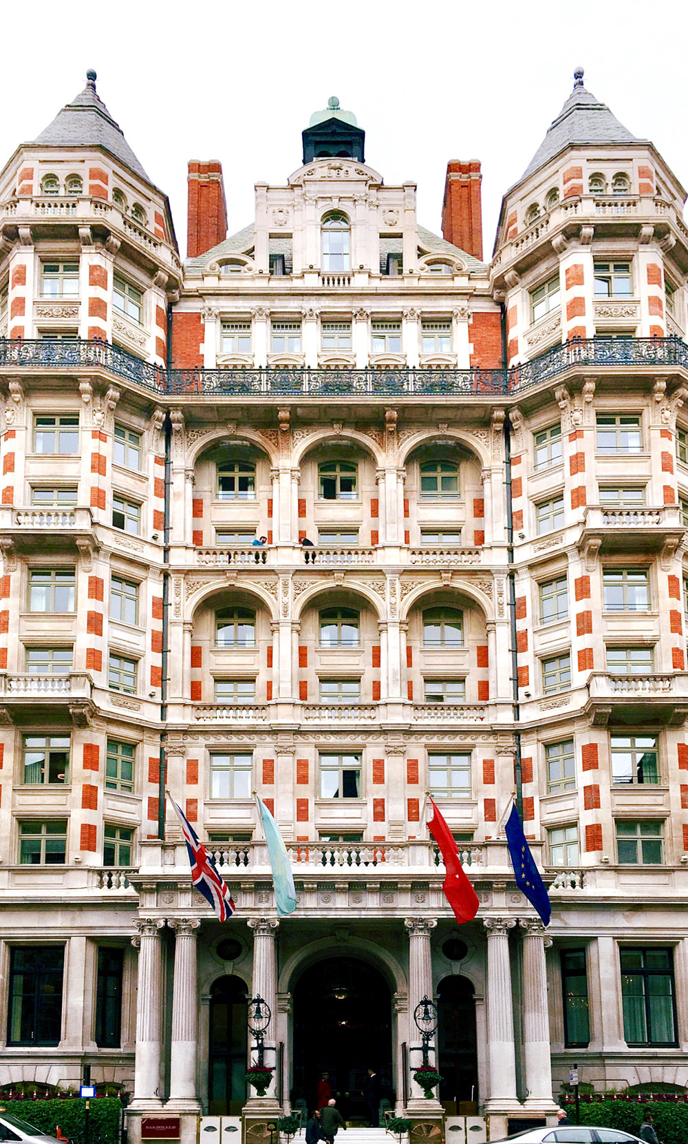 The front facade of Mandarin Oriental Hyde Park, facing Knightsbridge. © EIleen Hsieh/Follow That Bug // Cover photo  © Mandarin Oriental Hotels
