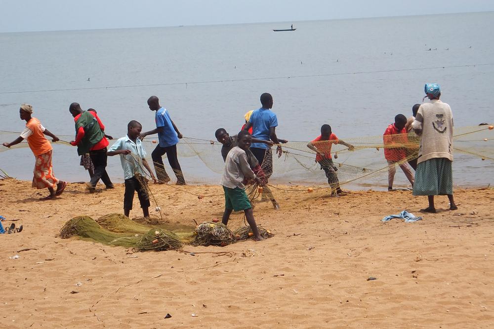 Women and children participating in the fishing process, Kenya.  © Beryl Oyier 2012 / ODI