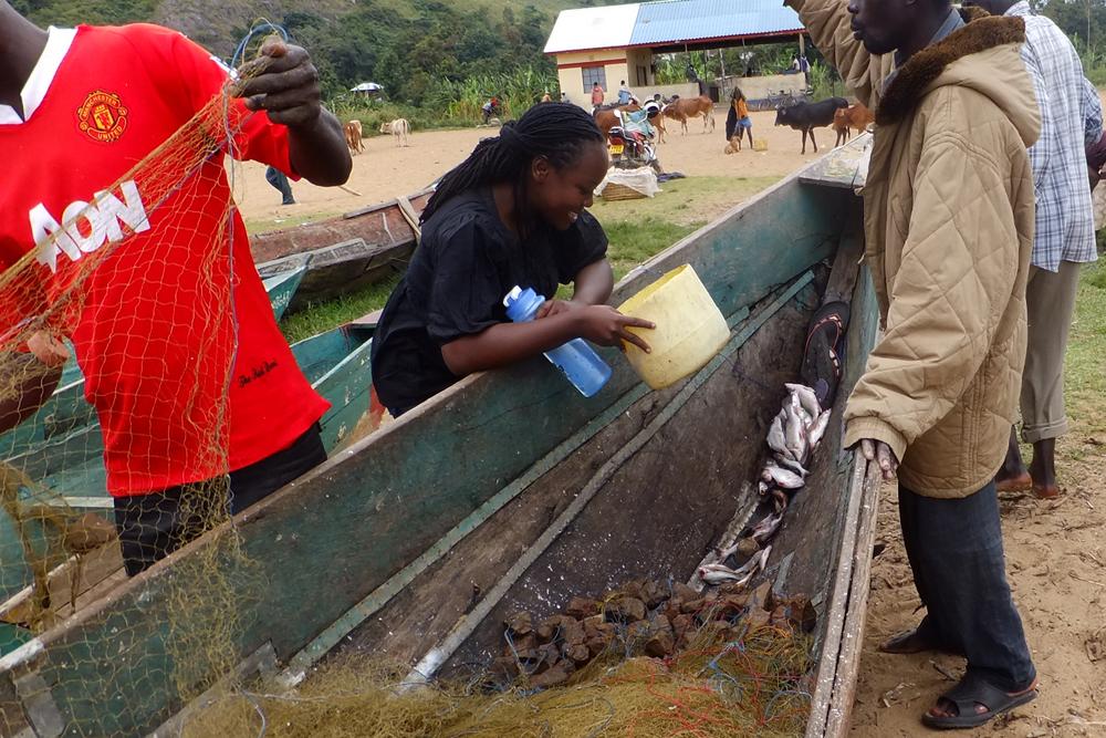 Chatting with boat owner.Budalangi in Busia, Kenya.   © Beryl Oyier 2012 / ODI