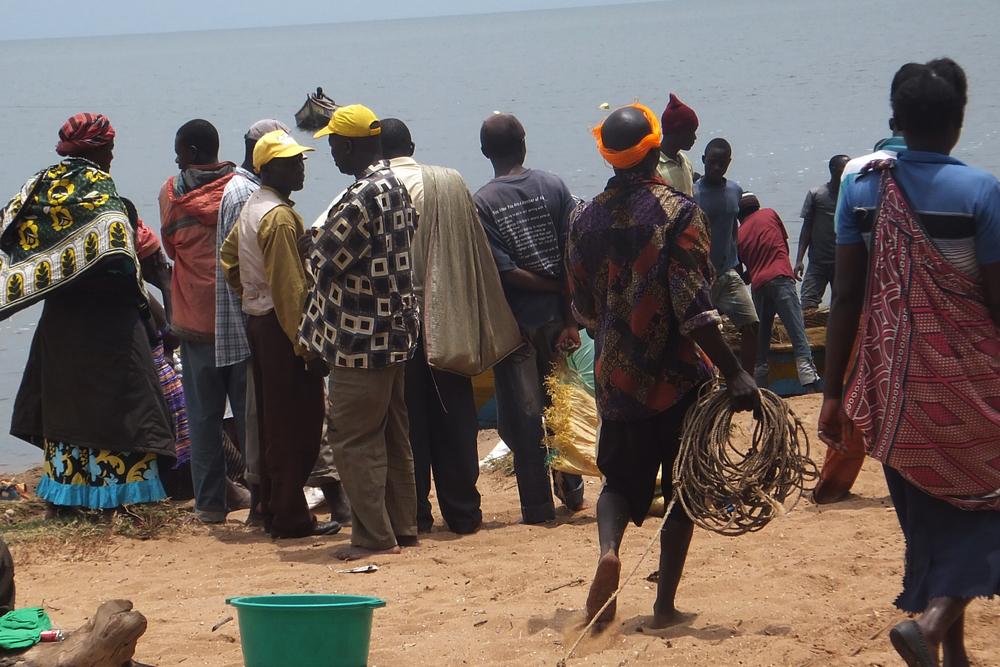 Traders waiting for fish to arrive at the shore.Budalangi in Busia, Kenya   © Beryl Oyier 2012 / ODI