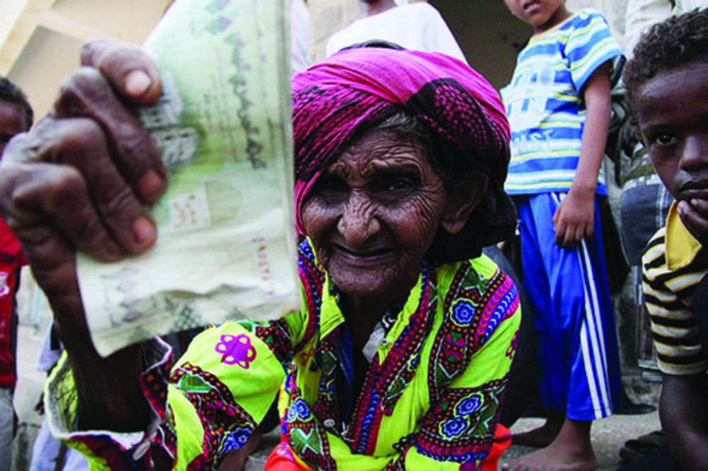 Woman receives a cash transfer lifeline in Yemen © some rights reserved by Oxfam International, 2012 (Flickr)