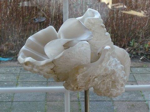 George van Heeteringen, albast, 1m10 hoog, diameter 50 cm, 2950 euro