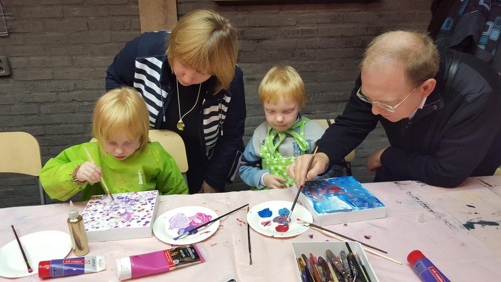 abstract schilderen met Femke Anne, leuk om daarna de schilderijtjes bij elkaar in te lijsten