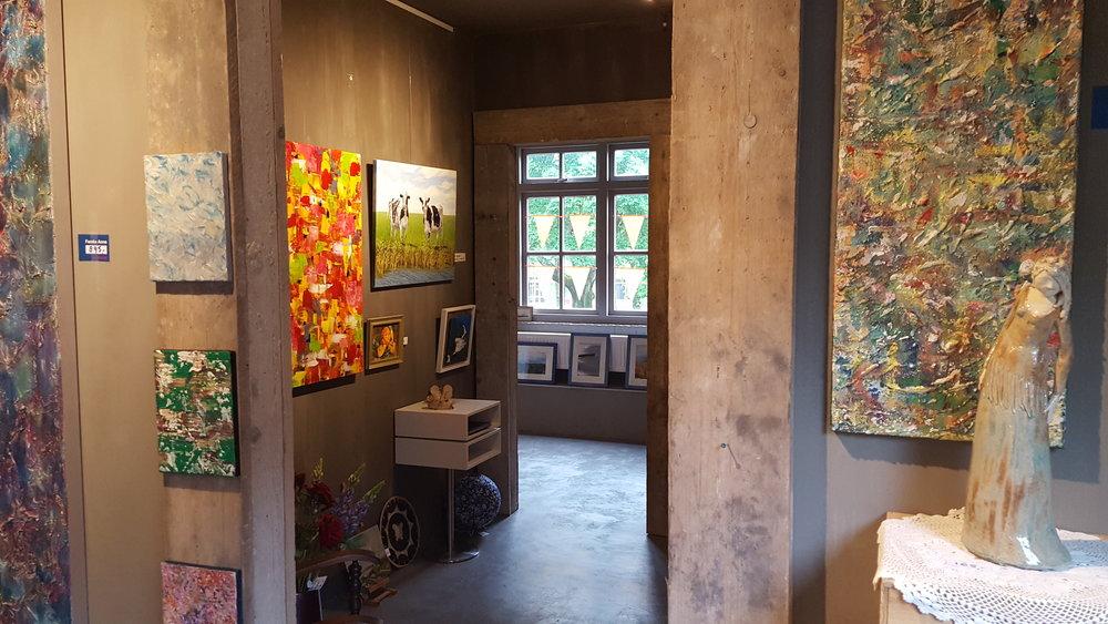 Op de begane grond is de winkel en de workshoptafel, op de 1e verdieping is de galerie.