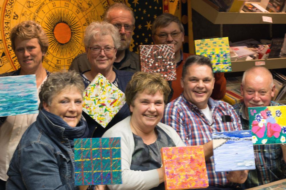 Deze vriendengroep wilde iets doen wat ze allemaal nog nooit gedaan hadden: abstract schilderen. Goed gelukt!