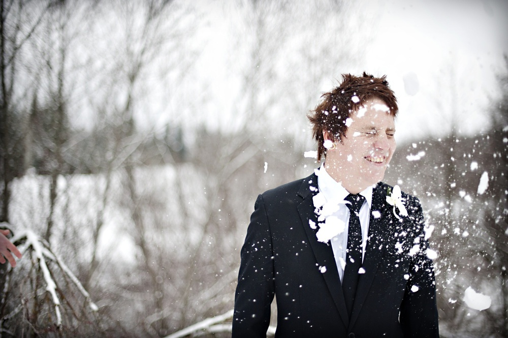 outdoor-winter-wedding-photography-offbeat-groom-snowball-fight.jpg