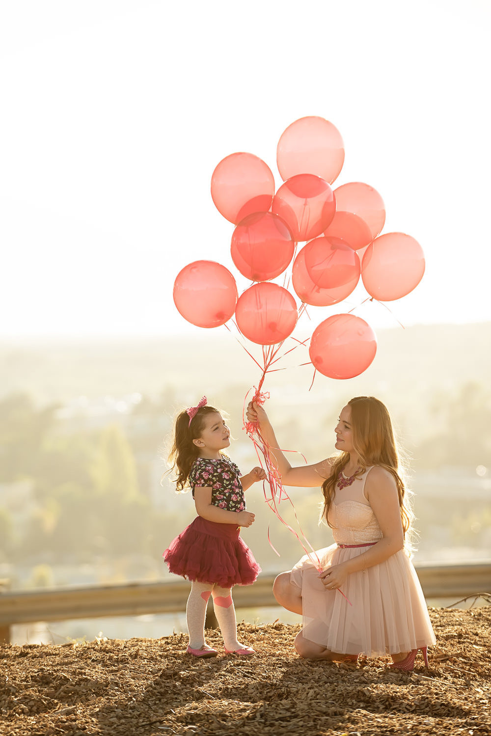 f27-Photography-Ventura-Grant-Park-Serra-Cross-Family-Photo-Session-Mom-and-Daughter-with-Balloons