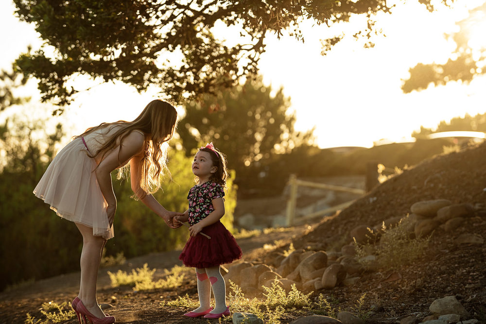 f27-Photography-Ventura-Grant-Park-Serra-Cross-Family-Photo-Session-mom-and-daughter-in-beautiful-light